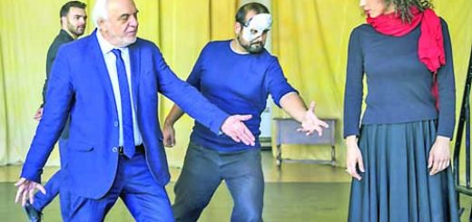 Фантомът - Владимир Грудков и Кристин - Весела Делчева и Денко Проданов - Раул - зад тях - слушат указанията на режисьора