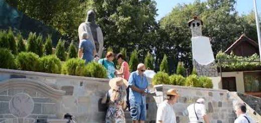 Родопският цар: Паметникът на Момчил юнак ни посреща в Златоград